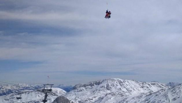 Auch Flugretter des C 14-Teams kamen der gestürzten Skifahrerin zu Hilfe. (Bild: Bergrettung Obertraun)