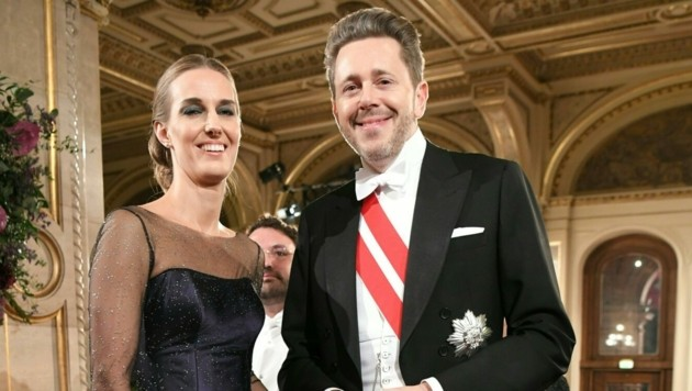 Der Präsident der Österreichischen Wirtschaftskammer, Harald Mahrer und Andrea Samonigg-Mahrer am 64. Opernball (Bild: APA/ROLAND SCHLAGER)