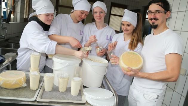 In der Käserei werden jährlich 30.000 kg Milch der hofeigenen Weidekühe verarbeitet: Hemma, Miriam, Julia, Michelle und Lehrer und Projekt- und Qualitätsmanager Christian Daveid. (Bild: Rojsek-Wiedergut Uta)