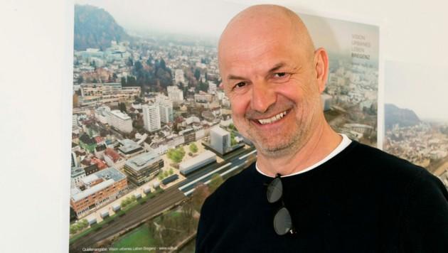 """Andreas Stickel in seinem Büro im Herzen Bregenz mit dem Plan des """"neuen Bregenz"""". (Bild: Mathis Fotografie)"""