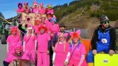 Der Trachtenverein St.Michael sieht den Fasching 2020 durch die rosarote Brille. (Bild: Weeber Heinz)