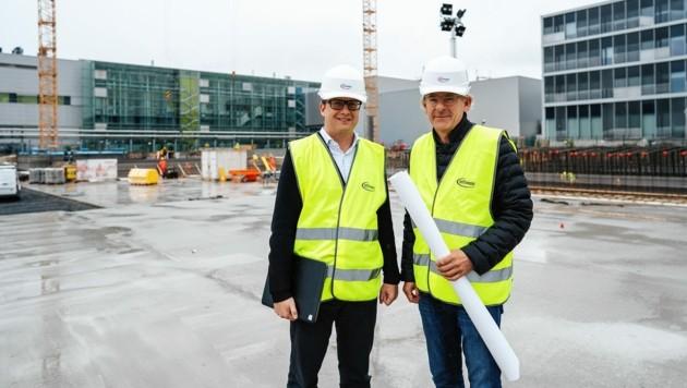 Bei Infineon läuft der Ausbau mit Projektverantwortlichen Andreas Wittmann und Michael Eder nach Plan. (Bild: Infineon Austria)