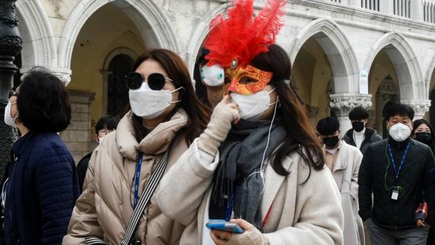 Touristen beim Karneval in Venedig (Bild: AFP)