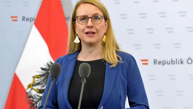 Wirtschaftsministerin Margarete Schramböck (Bild: APA/ROLAND SCHLAGER)