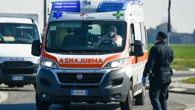 Ein Rettungswagen in Castiglione d'Adda südöstlich von Mailand (Bild: AFP)