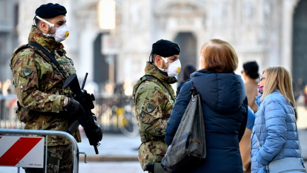 Soldaten patrouillieren in Mailand. (Bild: AP)