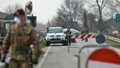 Eine von Soldaten abgeriegelte Straße in Norditalien (Bild: APA/AFP/MARCO SABADIN)
