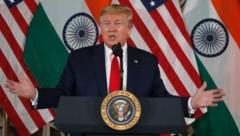 Donald Trump bei seinem Besuch in Indien (Bild: AP)