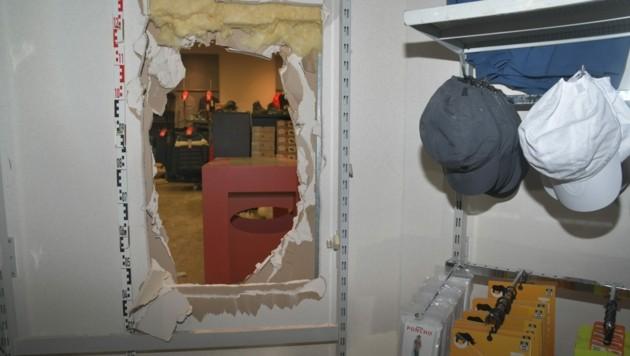 Durch dieses Loch sind die Einbrecher in weitere geschäfte gekommen. (Bild: LPD Kärnten)