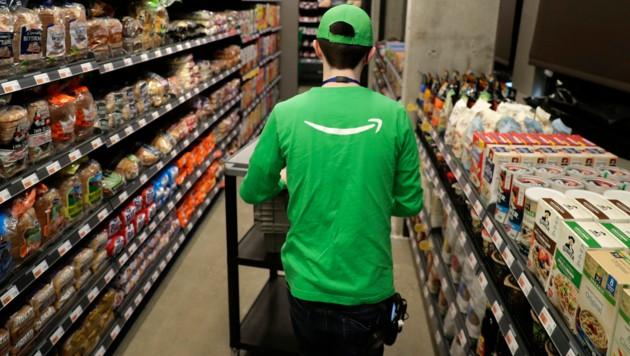 Das menschliche Personal räumt in Amazons Go-Märkten die Regale ein, eine Kassa gibt es nicht. (Bild: AP)