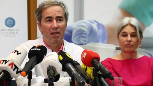 Infektiologe Günther Weiss hält bei einer weiteren positiven Entwicklung am Ende des Monats Strategien zur Rückkehr in die komplette Normalität für möglich. (Bild: AP)