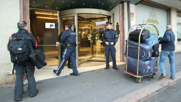 Polizeiposten im Eingangsbereich des Innsbrucker Hotels (Bild: APA/EXPA/JOHANN GRODER)