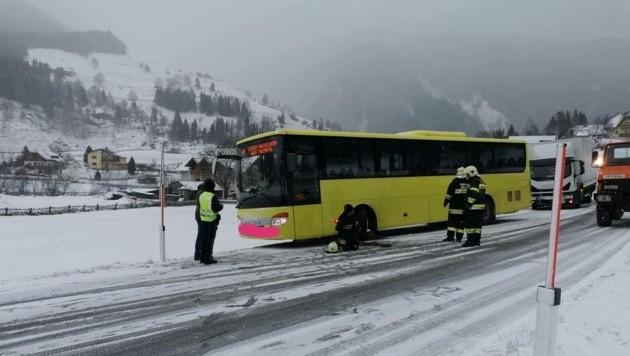 Der Bus wurde wieder flottgemacht. (Bild: Feuerwehr Mallnitz)