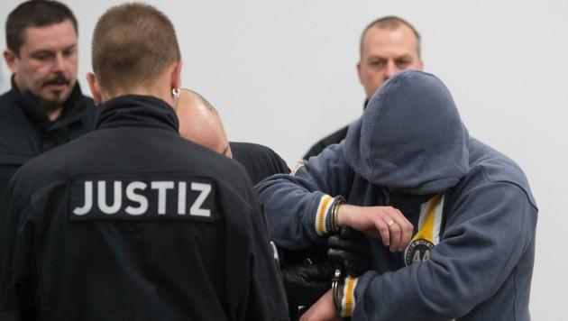 """Symbolbild: Die mutmaßlichen Rechtsterroristen der """"Gruppe S."""" planten wohl Anschläge auf deutsche Politiker. Die Beschuldigten diskutierten wohl über """"weiche"""" und """"harte Ziele"""". (Bild: APA/Sebastian Kahnert)"""