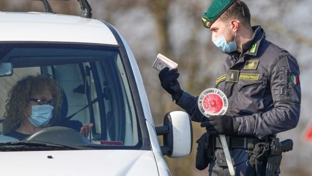 Nicht jeder darf rein und raus: Italienische Beamte kontrollieren Fahrer in der roten Coronavirus-Zone nahe Mailand. (Bild: MIGUEL MEDINA)
