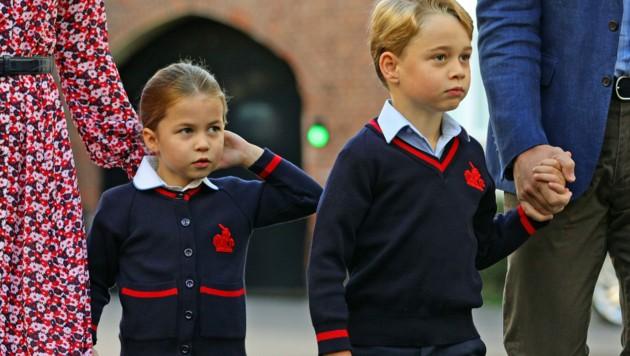 Prinzessin Charlotte mit Prinz George bei ihrer Einschulung im September 2019 (Bild: AFP)