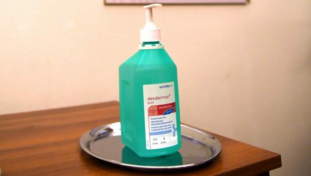 Ein Behältnis mit Desinfektionsmittel vor dem Sitzungssaal im Rahmen der Nationalratssitzung (Bild: APA/ROLAND SCHLAGER)