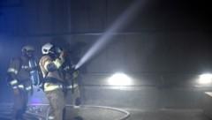 Der erste Schritt bei einem Tunnelbrand ist die so genannte Strukturkühlung. (Bild: Andreas Fischer)