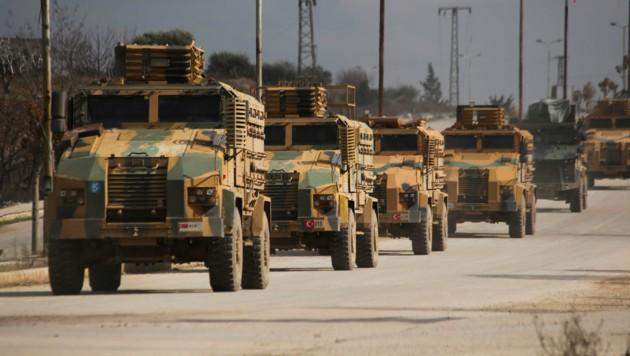 Ein Konvoi türkischer Militärfahrzeuge in der syrischen Provinz Idlib (Bild: AP)