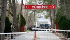 Wartende Migranten vor der griechischen Grenze im Niemandsland (Bild: AP)