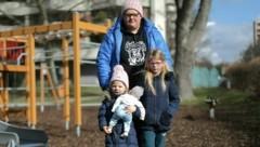 Melanie M. (24), Angelina (6) und Loreen (3) könnten bald auf der Straße landen. (Bild: Gerhard Bartel)