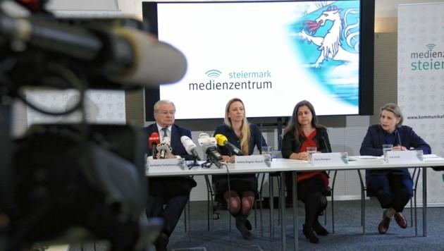 Großes Medieninteresse herrschte bei der Pressekonferenz in Graz mit Karlheinz Tscheliessnigg (Kages), Gesundheitslandesrätin Juliane Bogner-Strauß (ÖVP), Soziallandesrätin Doris Kampus (SPÖ) und Landessanitätsdirektorin Ilse Groß. (Bild: Christian Jauschowetz)