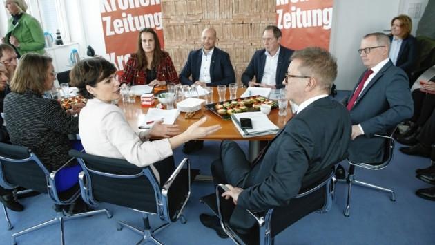 """Prominent besetzter Gipfel mit Pamela Rendi-Wagner, Rudolf Anschober (vorne), """"Krone""""-Chef Klaus Herrmann (rechts) im Februar (Bild: Reinhard Holl)"""
