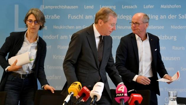 (v.l.) Landessanitätsdirektorin Petra Juhasz, Landeshauptmann Wilfried Haslauer und Landeshauptmann-Stellvertreter Christian Stöckl (Bild: APA/BARBARA GINDL)