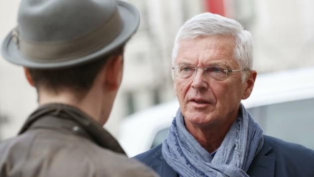 """Der italienische Honorarkonsul Eduard Mainoni im Gespräch mit einem """"Krone""""-Reporter (Bild: Tschepp Markus)"""