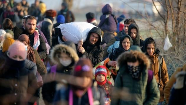 Migranten auf dem Weg zum Grenzübergang Pazarkule in der westtürkischen Provinz Edirne (Bild: The Associated Press)