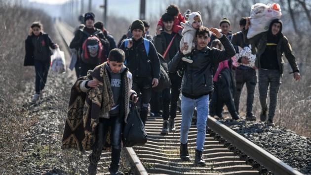Migranten nahe dem Grenzübergang Edirne