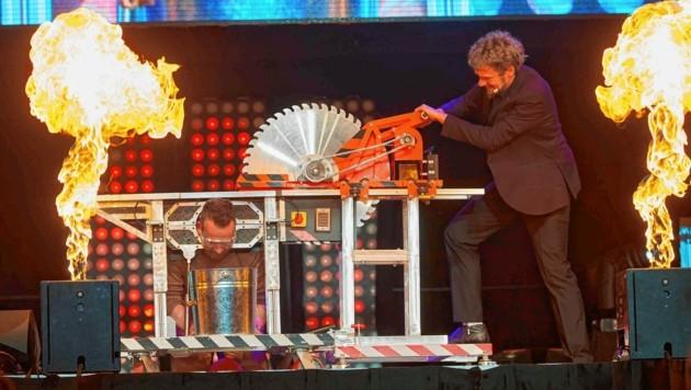 Robert Kratky ging es in der Show von Tommy Ten & Amélie van Tass an den Kragen (Bild: Starpix/ Alexander TUMA)