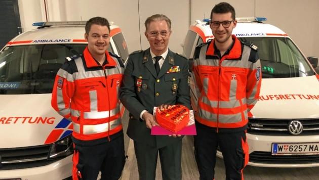 Herzliches Dankeschön: Die Notfallsanitäter David H. und Ian L. mit Herbert Pipek (61) (Bild: Berufsrettung Wien)