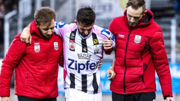 ABD0157_20200301 - PASCHING - …STERREICH: Marvin Potzmann (LASK) verletzt am Sonntag, 1. MŠrz 2020, wŠhrend dem Grunddurchgang, 21. Runde der tipico-Bundesliga-Begegnung zwischen LASK Linz und TSV Prolactal Hartberg in Pasching. - FOTO: APA/EXPA/REINHARD EISENBAUER (Bild: APA/EXPA/REINHARD EISENBAUER)