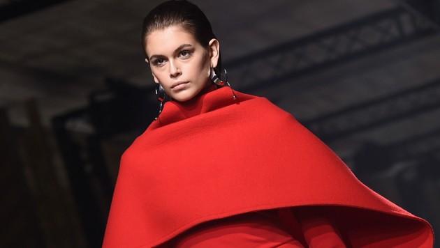 Kaia Gerber am Laufsteg von Givenchy (Bild: AFP)