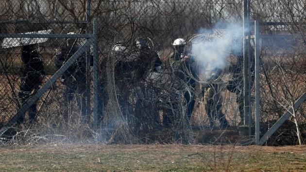 Griechenlands Polizei im Einsatz an der Grenze (Bild: AP)