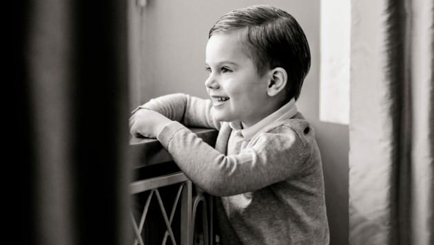 Auf einem der Fotos setzt der schwedische Prinz Oscar ein zuckersüßes Grinsen auf. (Bild: Linda Broström, The Royal Court of Sweden)