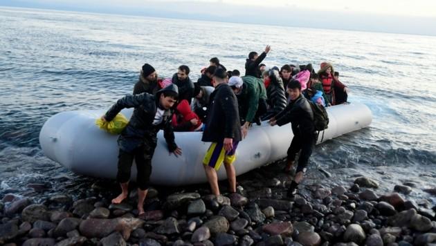 Das griechische Dorf Skala Sikaminias auf der Insel Lesbos: Hier kommen immer wieder Boote mit Flüchtlingen an, die sich von der nahen Türkei aus auf den Weg gemacht haben. (Bild: AP)