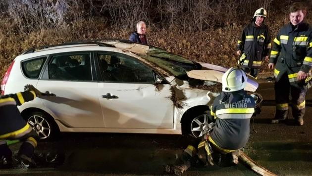 Bei einem Verkehrsunfall hat sich das Auto überschlagen.