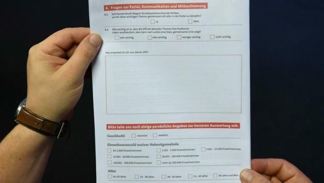 Ein Musterwahlzettel für die SPÖ-Mitgliederbefragung (Bild: APA/Helmut Fohringer)