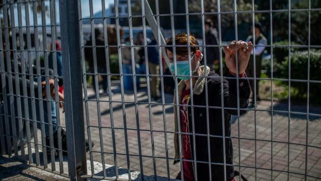 Flüchtlinge auf der Ägäisinsel Lesbos werden gar nicht mehr in das überfüllte Lager Moria gebracht, sondern direkt am Hafen Mytilini in einem mit Gittern abegrenzten Bereich festgehalten. (Bild: AFP)