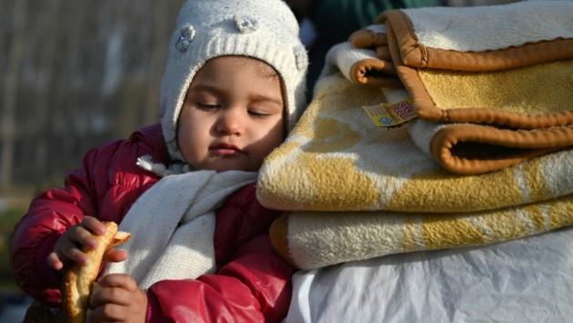 Ein Kind wartet mit seinen Eltern auf der türkisch-griechischen Grenze auf die Einreise in die EU. (Bild: AFP)