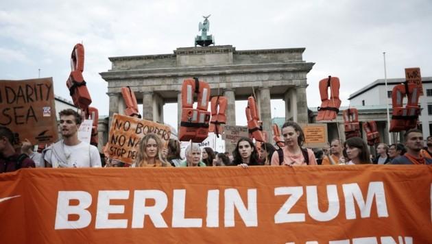 Archivbild: Wie schon 2018 demonstrierten am Dienstagabend Tausende Berliner für eine Öffnung der Grenzen. (Bild: AFP)