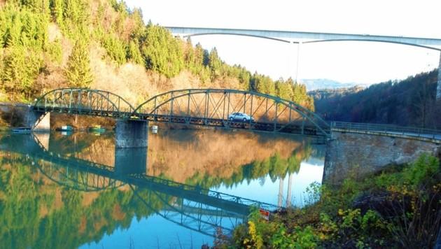 Die mittlerweile gesperrte Brücke könnte gerettet werden. (Bild: hronek)