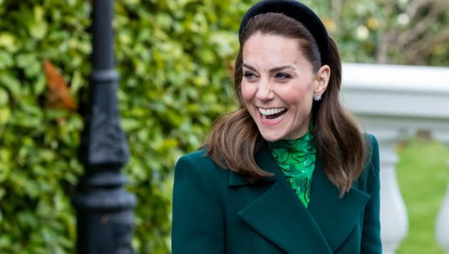 Bei ihrer Ankunft in Irland trug Herzogin Kate Ohrringe im Wert von rund 20.000 Euro. (Bild: AFP)