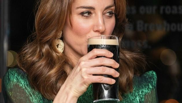 Slainte! Herzogin Kate gönnt sich einen Schluck Guinness-Bier. (Bild: AFP or licensors)