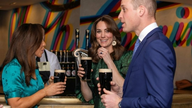 Schmeckt's? Herzogin Kate ließ sich das dunkle Guinness-Bier nicht entgehen. (Bild: AFP )