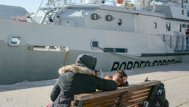 Ein Schiff der griechischen Grenzpolizei im Hafen von Lesbos (Bild: AP)