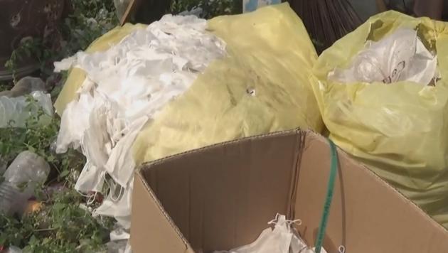 Benutzte Atemschutzmasken auf einer Müllhalde (Bild: kamerone)