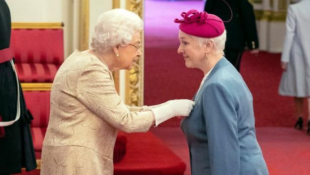 Queen Elizabeth ernennt Susan Lamford zum Officer of the Order of the British Empire. (Bild: AP)